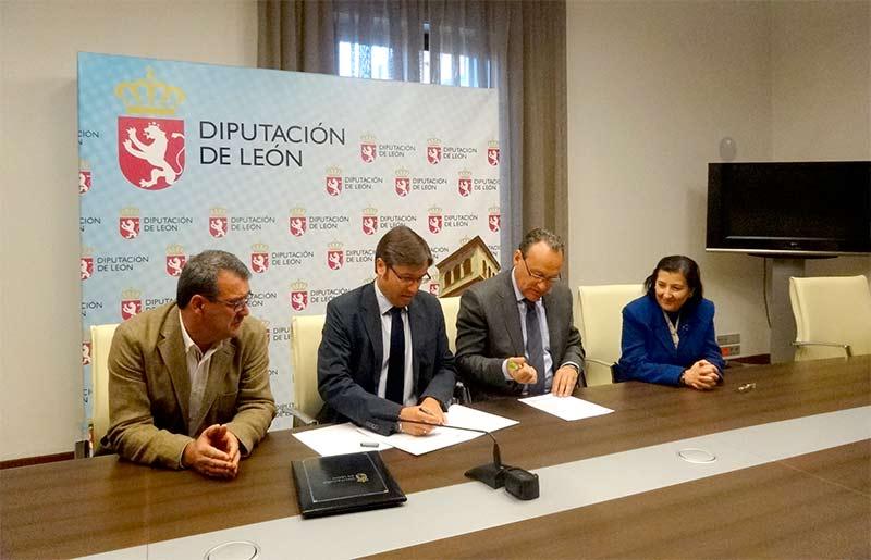 El Presidente del Banco de Tierras, Emilio Orejas, firma con el Presidente del Consejo Comarcal del Bierzo, Alfonso Arias, el convenio de 2015 del Banco de Tierras.