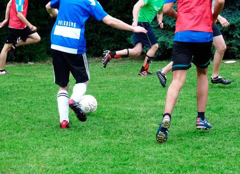 Adolescentes jugando al fútbol. / PIXABAY