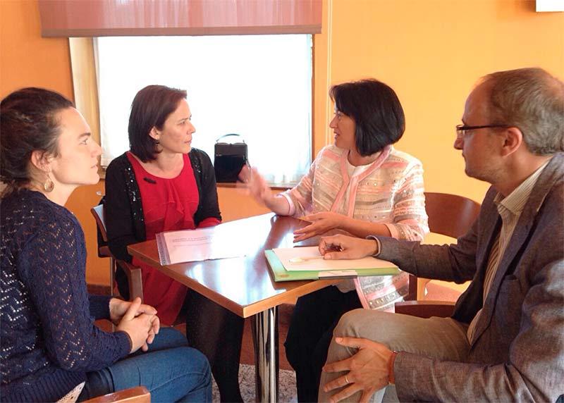 Representantes de la Asamblea de Docentes del Bierzo reunidos con Ángela Marqués y Olegario Ramón, del PSOE.