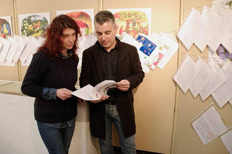 Santiago Macías y Petia Rumenova presentan la exposición del I Certamente de Ceuntos de la LIbrería Signos. Foto Bierzotv.