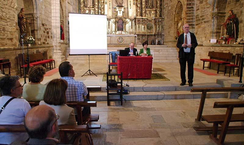 Acto de inaguración de la exposición sobre Enrique Gil y Carrasco en la iglesia de San Francisco de Villafranca del Bierzo. Foto Bierzotv.