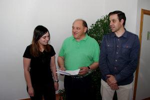 Miguel Ángel Fernández acompañado de Rebeca Nieto y Fernando Díaz presenta el programa económico de Ponferrada en Común. Foto Bierzotv
