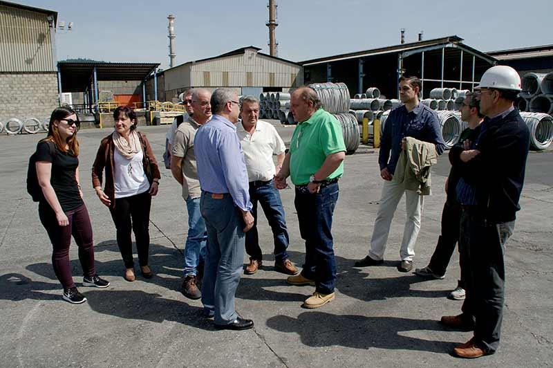 Miembros de la lista de Ponferrada en Común visitan las instalaciones de Roldán en Santo Tomás de las Ollas. Foto Bierzotv.