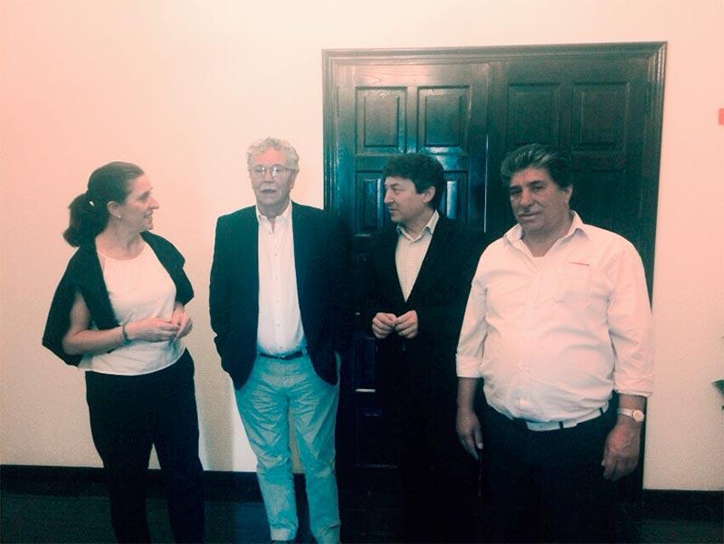 Samuel Folgueral e Isabel Baílez se reúnen con miebros de la Asociación Cultural Gitana Bierzo.