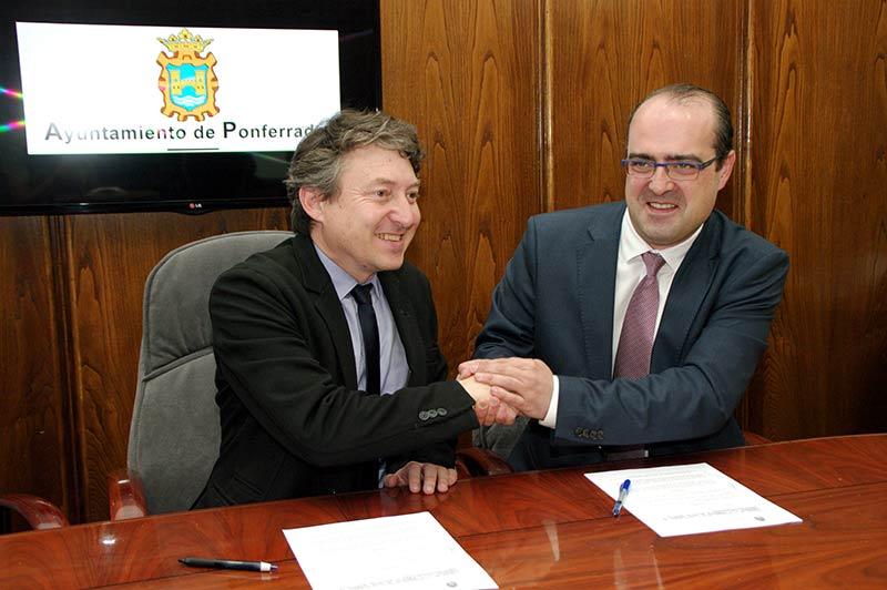 Samuel Folgueral y Marco Antonio Morala firman el convenio de colaboración para el Museo de la Semana Santa. Foto Bierzotv.
