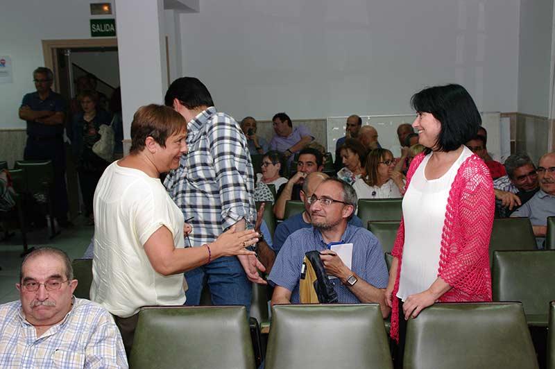 Ángela Marqués en la asamblea con los militantes del PSOE. Foto Bierzotv.