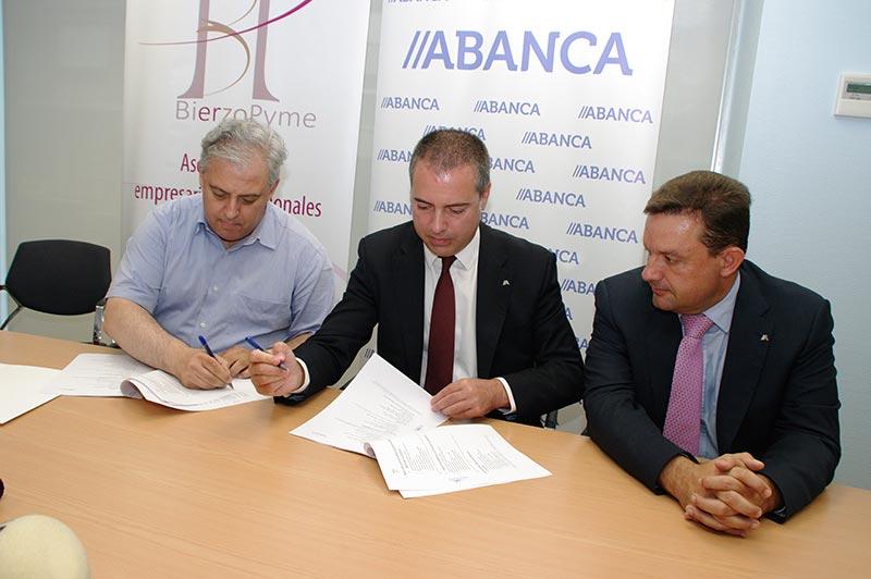 Abel Ángel Macías y Marco Lamas firman el convenio entre BierzoPyme y ABANCA. Foto: Raúl C.