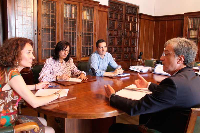 reunión entre Gloria Fernández Merayo y Eduardo Castiñeiras.