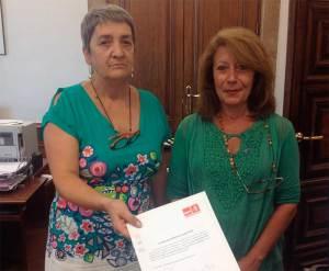 Las diputadas Luisa González y Paloma Rodríguez en el momento de registrar la PNL en el Congreso de los Diputados.
