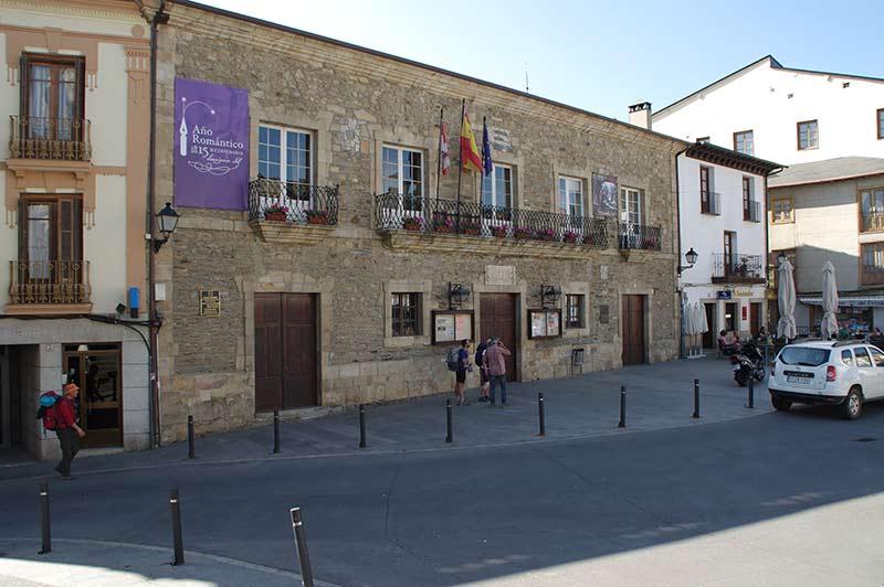 Teatro Villafranquino y Ayuntamiento de Villafranca del Bierzo. Foto: Raúl C.