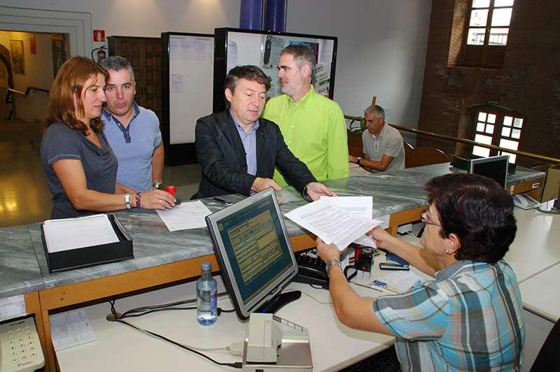 Samuel Folgueral registra en el Ayuntamiento una moción de apoyo a las BRIF. Foto: Raúl C.