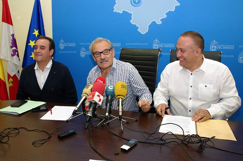 José Luis Prada, Gerardo Álvarez Courel y Luis Manuel González presentan los VIII Premios Palacio de Canedo. Foto: Raúl C.