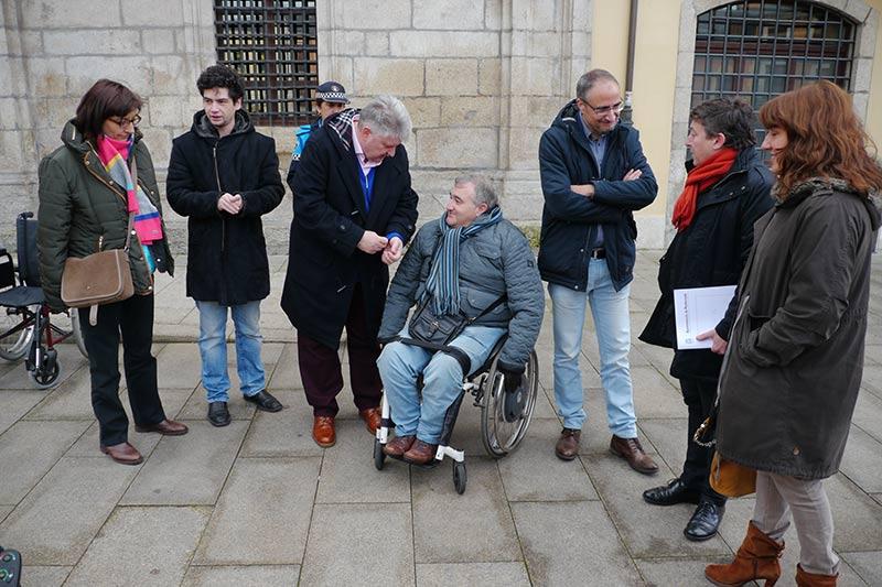Paseo en silla de ruedas desde el Ayuntamiento de Ponferrada organizado por AMBI. Foto: Raúl C.