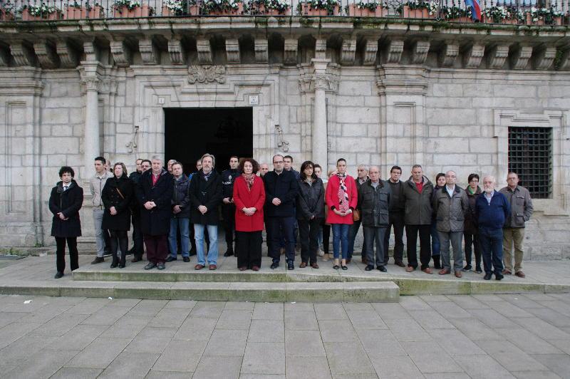 Concentración contra los atentados de Bruselas en el Ayuntamiento de Ponferrada. Foto: Raúl C.
