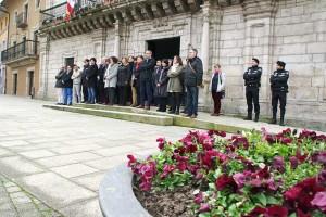 Minuto de silencio en el Ayuntamiento de Ponferrada por los atentados de Bruselas. Foto: Raúl C.