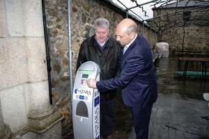 César Romero y Ricardo Miranda - punto de recarga para vehículos eléctricos en el Albergue de Peregrinos de Ponferrada. Foto: Raúl C.