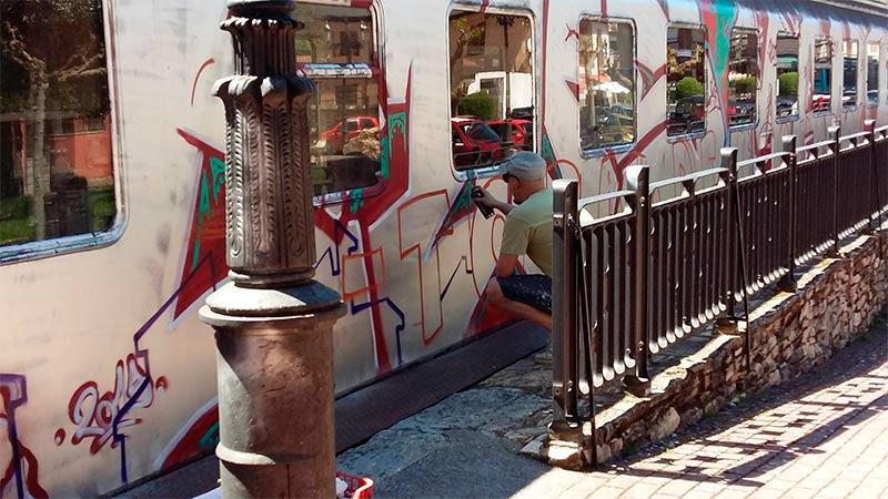 Asier Vera trabajando en el vagón de pasajeros de Toral de los Vados.