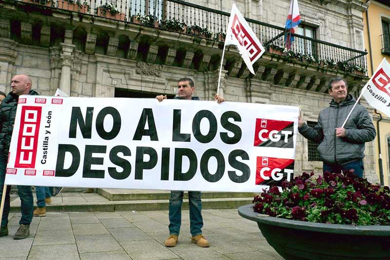 Concentración de trabajadores de FCC ante el Ayuntamiento de Ponferrada. Foto: Raúl C.