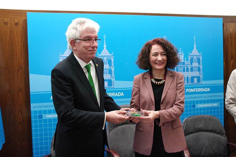 José Ángel Hermida entrega las llaves de las instalaciones deportivas del Campus a Gloria Fernández Merayo. Foto: Raúl C.