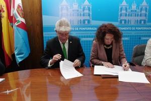 José Ángel Hermida y Gloria Fernández Merayo firman la cesión de las instalaciones deportivas del Campus. Foto: Raúl C.