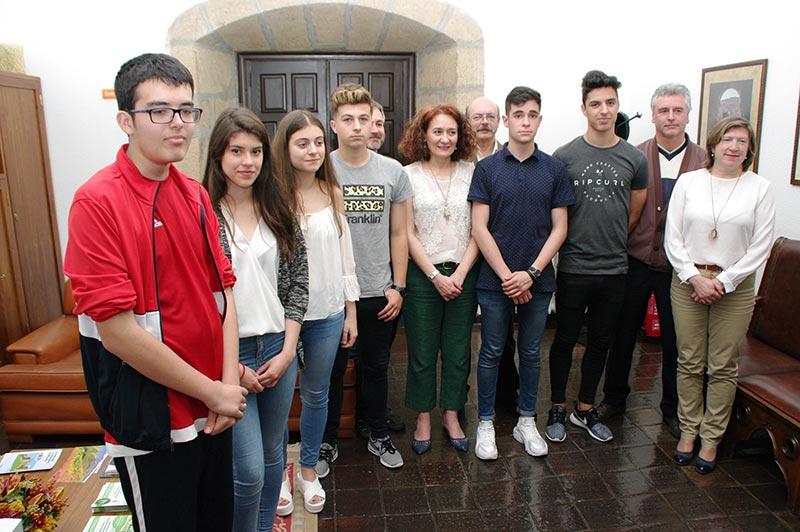 Alumno y profesores del IES Europa en el Ayuntamiento de Ponferrada. Foto: Raúl C.