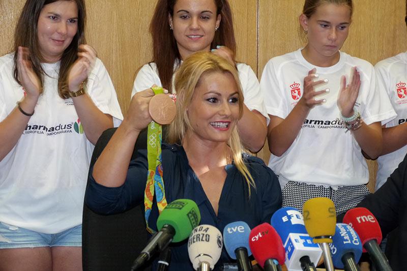 Lydia Valentín - muestra la medalla de bronce de Río. Foto: Raúl C.