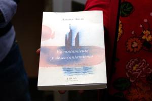 Encantamiento y desencantamiento, poemario de Amable Arias. Foto: Raúl C.