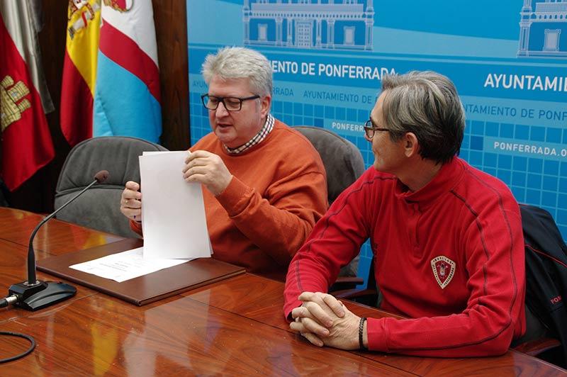 Ricardo Miranda y José Manuel Valcarce presentan el balance de los Bomberos de Ponferrada correspondiente al año 2016. Foto: Raúl C.