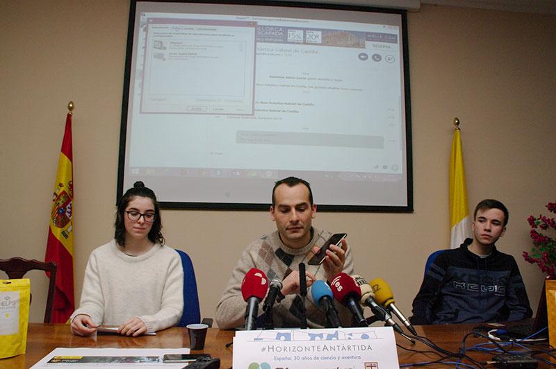 Conferencia telefónica del colegio San Ignacio  con Valentín Carrera, desplazado en la Antártida. Foto: Raúl C.