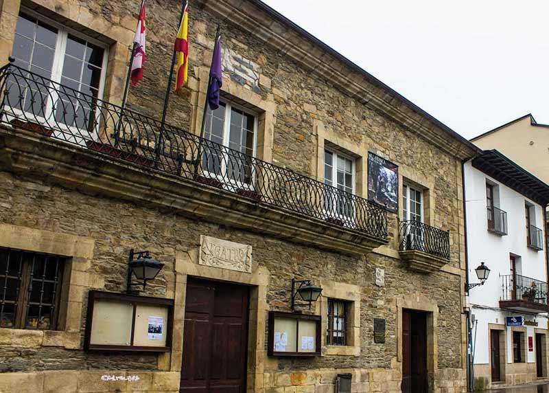 Ayuntamiento de Villafranca del Bierzo y Teatro Villafranquino. Foto: Raúl C.