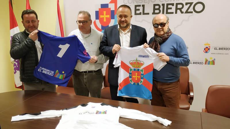 Gerardo Álvarez Courel y Paco Reguera presentan las camisetas de la selección de fútbol del Bierzo-Laciana. Foto: Raúl C.