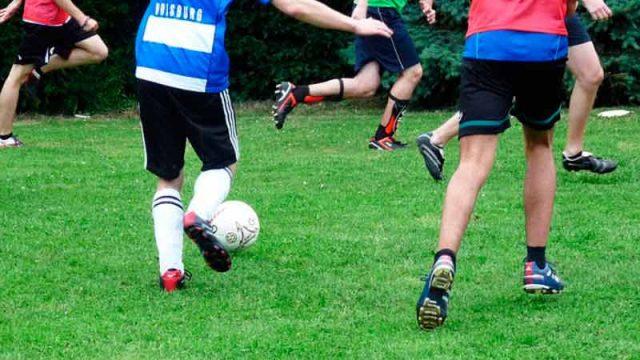 jovenes-jugando-al-futbol.jpg
