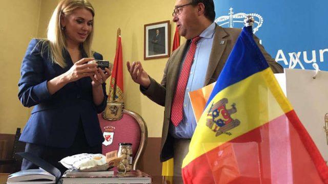 visita-embajadora-moldavia-a-villafranca-del-bierzo.jpg